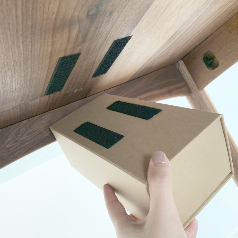 下 ティッシュ 机 の 【生活感が消える】リモコン・ティッシュは机の下に収納【100均DIY】